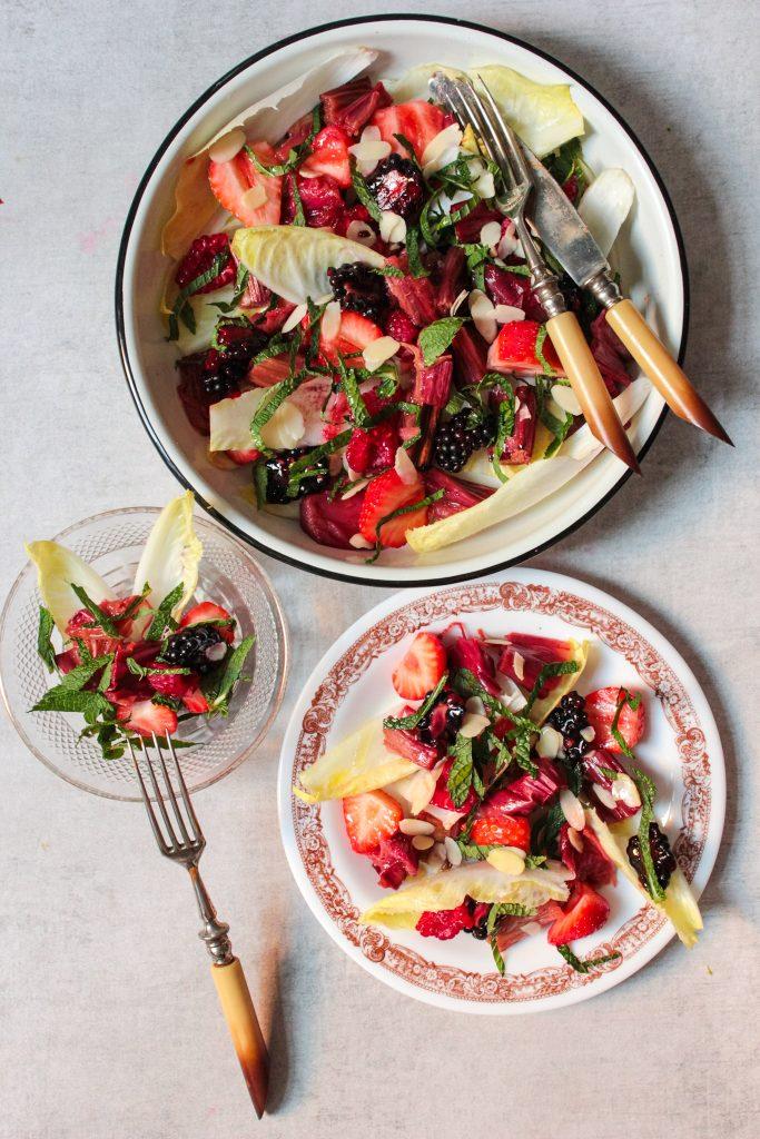 Salade van rabarber met zomerfruit